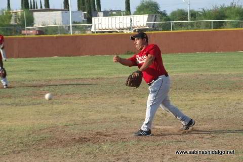 Dagoberto Torres lanzando por Rayos en el softbol sabatino