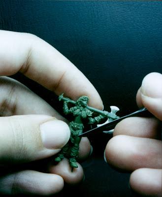 Miniatura de guerrera bárbara diseñada y esculpida por ªRU-MOR, escala Warhammer fantasy para Gamezone.
