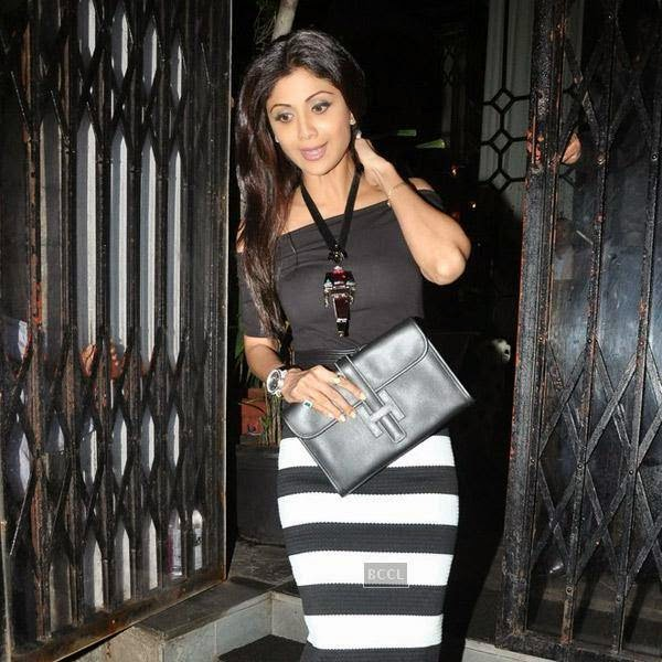 Shilpa Shetty snapped out side restaurant Lido, in Mumbai. The actor was joined by Bipasha Basu and Bipasha Basu for a private dinner.(Pic: Vira Bhayani)