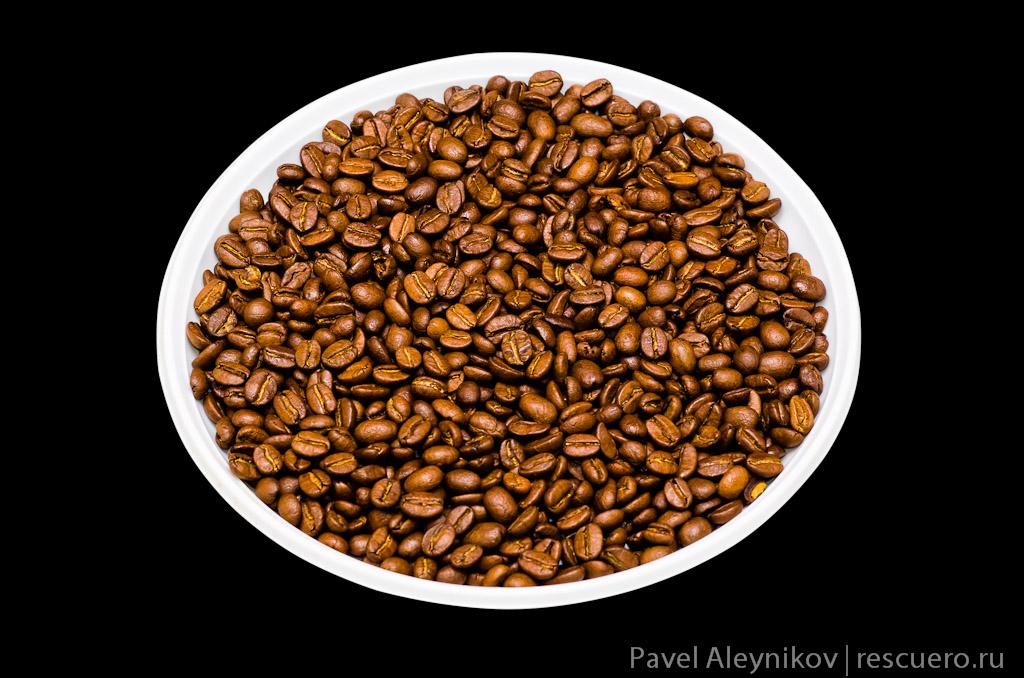 Кофейные зерна в тарелке
