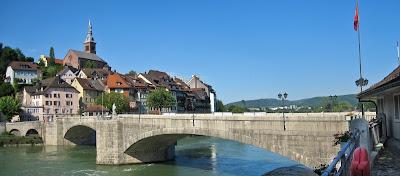 Die Rheinbrücke, dahinter badisch Laufenburg