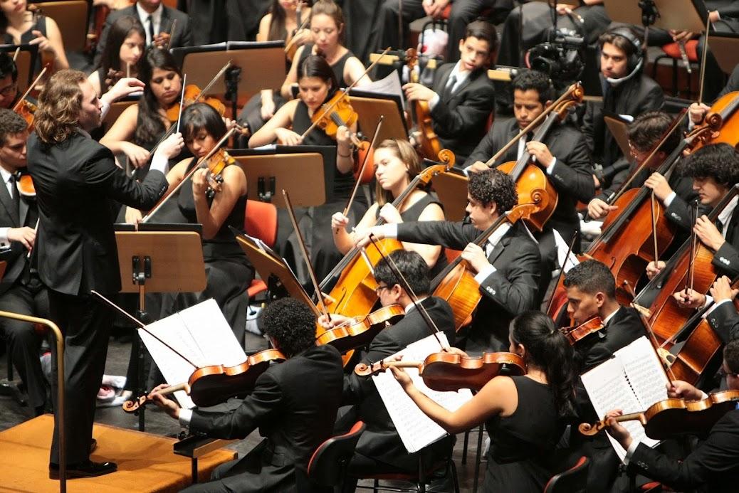 y toda la orquesta forma una fiesta:
