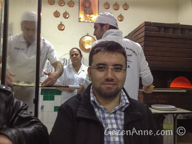 Napoli'deki Da Michele'de pizza beklerken