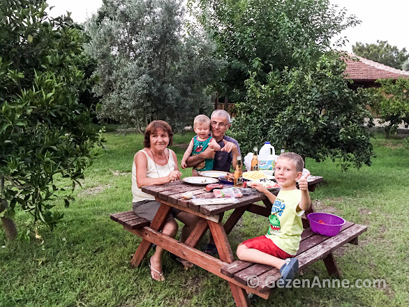 açık havada mangalda pişirdiklerimizi yerken, Azra Villas Çıralı Antalya