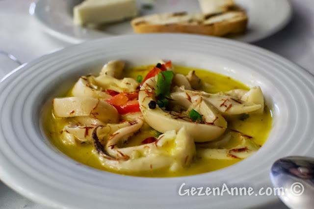 Cunda sahilindeki Bay Nihat restoranındaki safran soslu sübye