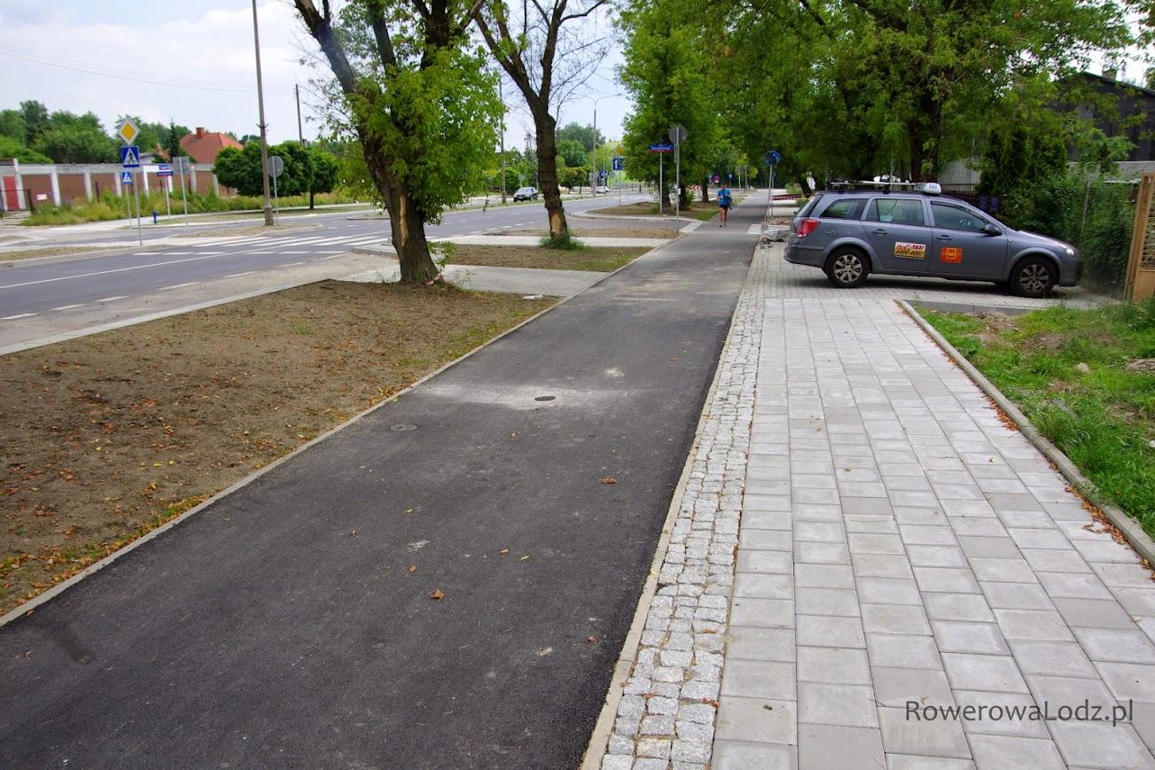 Stare przyzwyczajenia - zastawić chodnik pomimo, że 5 metrów dalej nowy parking w jezdni.
