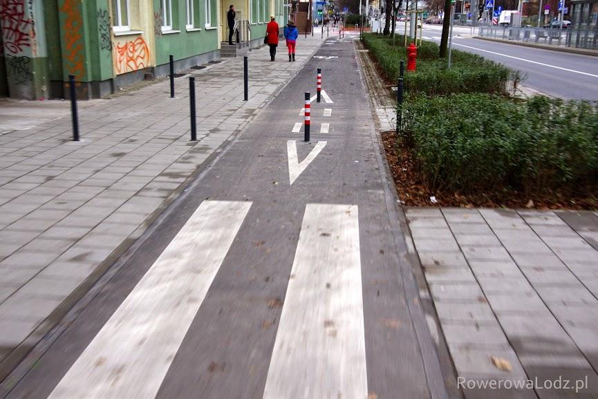 Słupki uniemożliwiające wjazd samochodów na chodnik lub drogę dla rowerów.