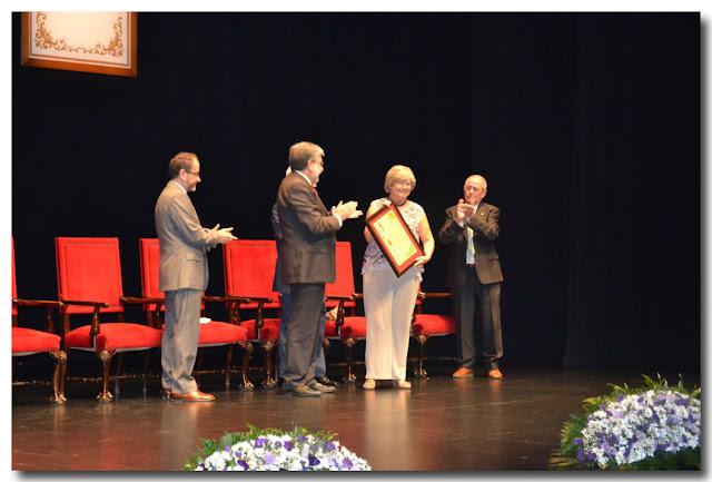 Recibe su diploma acreditativo de manos del alcalde, María Luisa Jiménez Peña