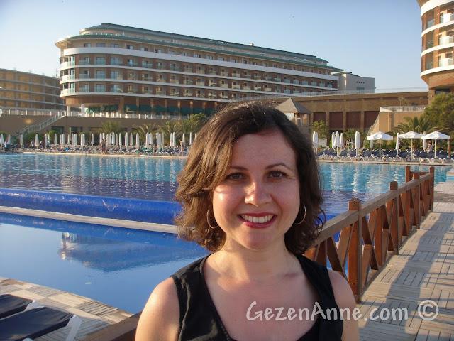 Voyage Belek'te havuzun önünde, arkada ana bina