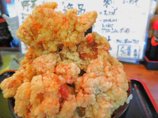 デカ盛り丼の唐揚げの山