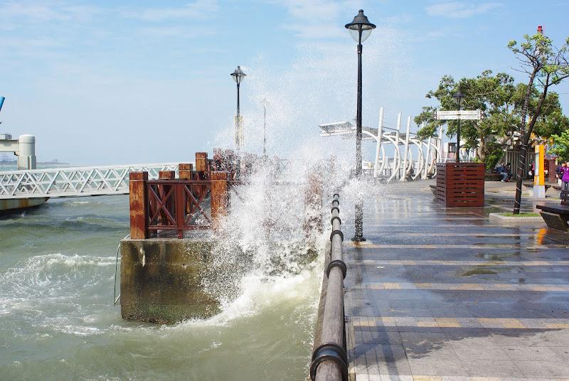 警告!今日淡水強風大浪 - 擔心妻小安危者,請慎思前往