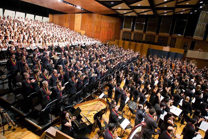 Con la misma emoción del primer ensayo, dirigido el 12 de febrero de 1975 por el maestro José Antonio Abreu, se reunieron cuatro generaciones a celebrar cuatro décadas de música en el país