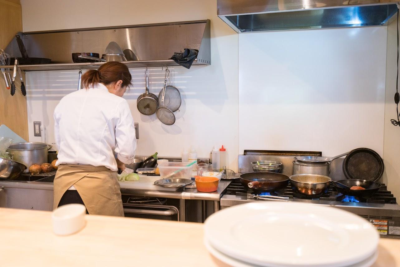 オーナーのマサコさんがお料理するキッチン