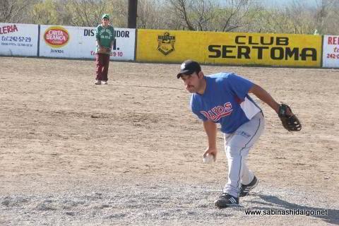 Dagoberto Torres de Yankees en el softbol del Club Sertoma