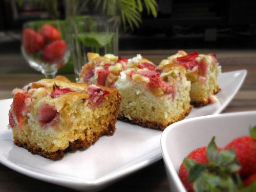 puszyste ciasto z rabarbarem i truskawkami