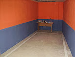 Plaza de garaje rodeada de paredes de