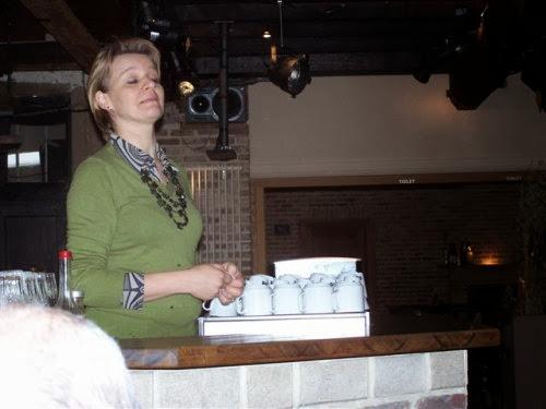 Mieke vertelt enthousiast over de brouwerij/café die ze samen met haar man Jan runt in het Nieuwhuys. Ze serveren hun eigen bieren: Alpaide, Rosdel en Huardis.