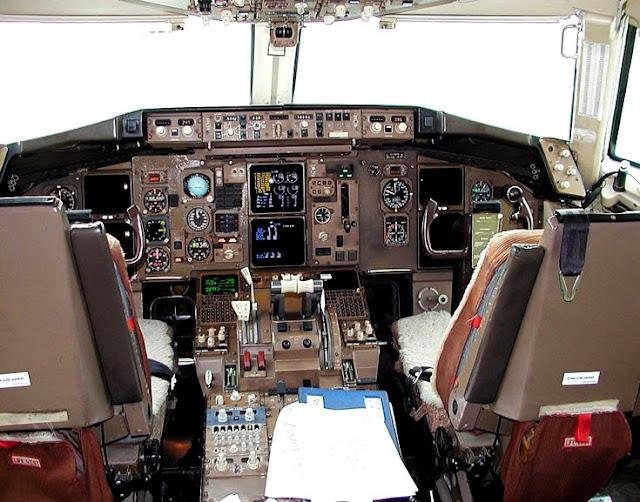 Кокпит самолета B757