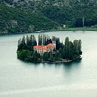 湖の小さな島に浮かぶビソバチ修道院