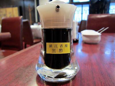 卓上に置かれた黒酢です。