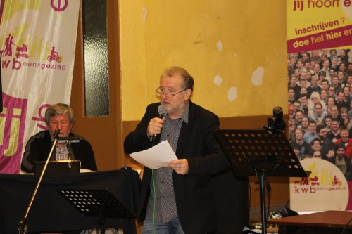 Kris Baert doet een stuk de presentatie en brengt ook enige liedjes onder begeleiding van Isidoor De Wilde.