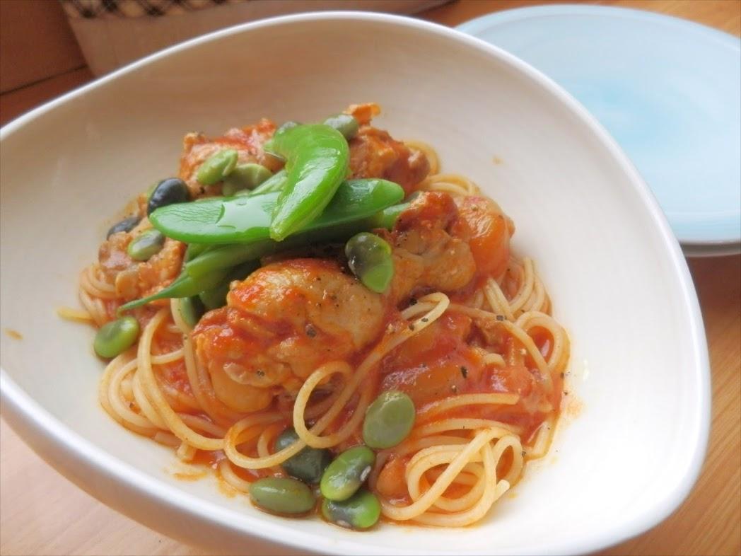 チキンのスパゲティ・トマトソース 青いお豆添え