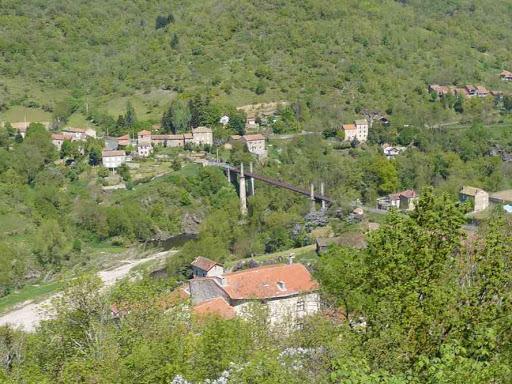 Le pont suspendu de Saint-Ilpize vu depuis le château