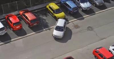 Mulher loira ao telemóvel tem falhanço incrível ao tentar estacionar o carro
