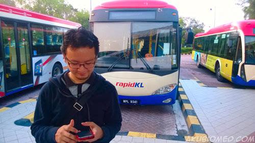 hafiz rahim dan blogger lain menunggu bas ke taiping