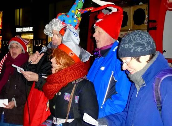 Freudiger Gesang von karnevalistisch geschmückten Kögida-Gegnern.
