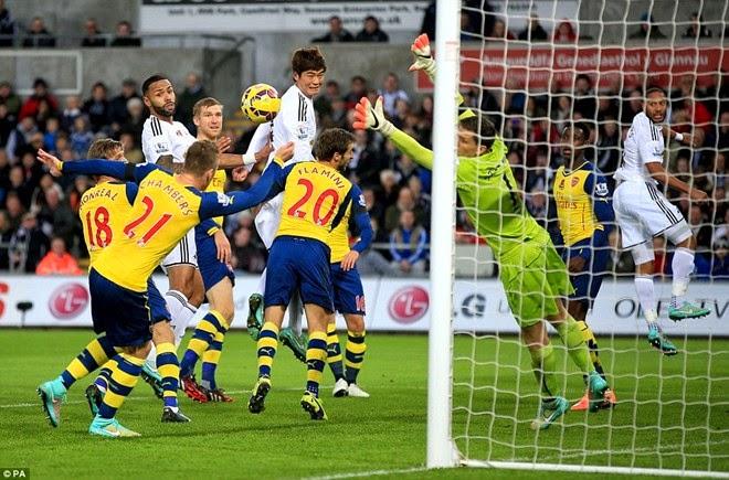 Thua 2 bàn trong 3 phút Arsenal bật khỏi top 5
