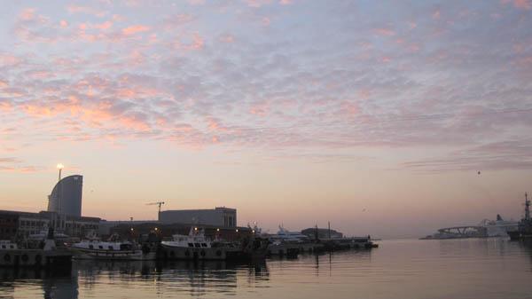 早朝のバルセロナの港