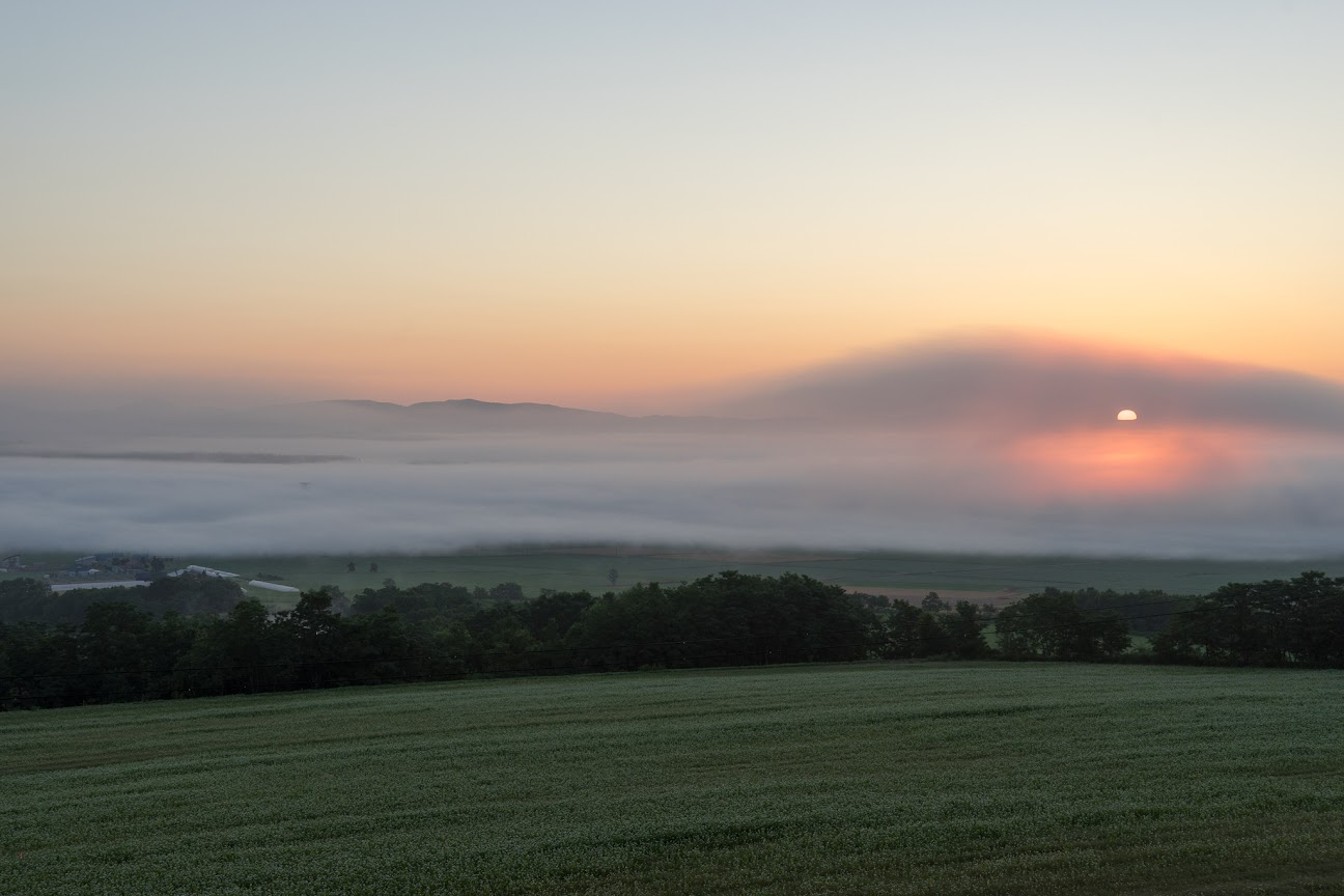 雲間から姿を表しはじめた朝陽