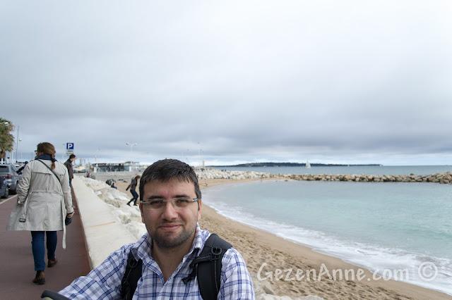 Cannes sahilinde Plage di Midi önünde