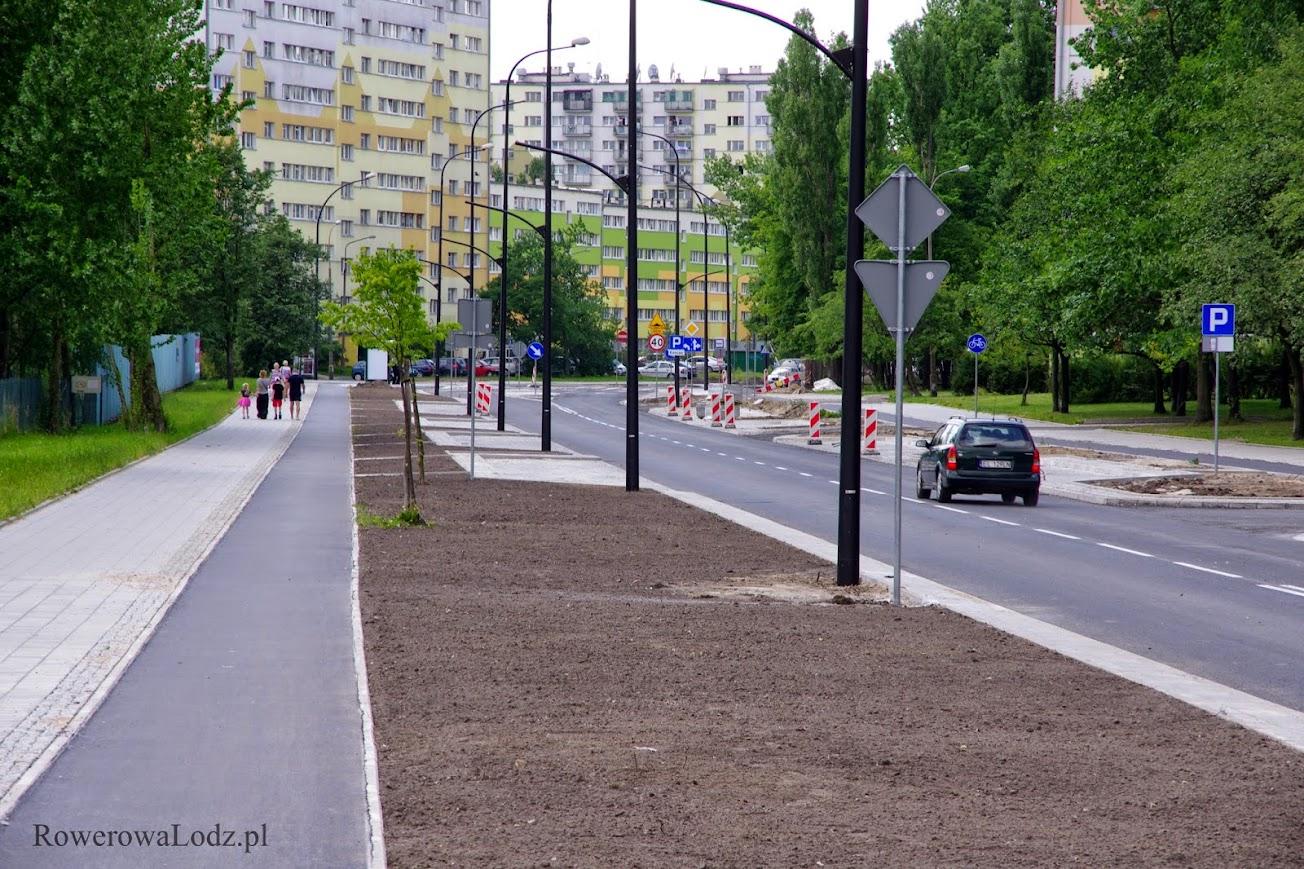 Co oświetlają uliczne latarnie? Jezdnię, miejsca parkingowe i trawniki...