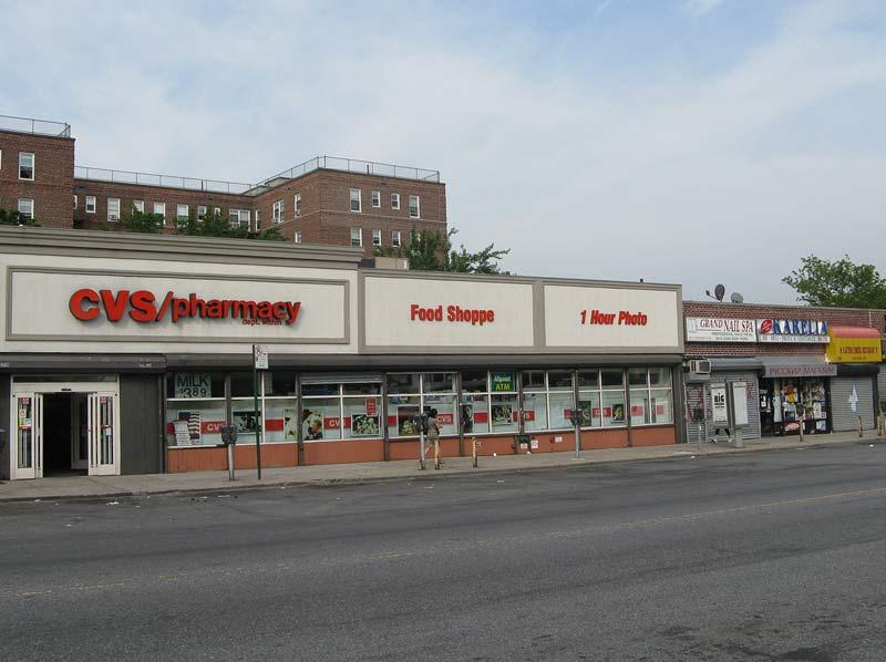 магазины напротив остановки