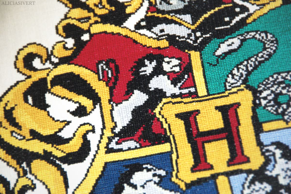 daring, nerve, and chivalry, harry potter, gryffindor, hogwarts crest, hufflepuff, slytherin, ravenclaw, embroidery, cross-stitch, pattern by little_mojo, aliciasivert, alicia sivertsson, lion, embroidery, handicraft, handcraft, create, needle, yarn, sew, sewing, stitch, needlework, korsstygn, korsstygnsbroderi, broderi, handarbete, pyssel