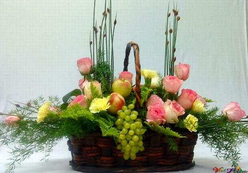 Giỏ hoa hồng và trái cây trong ngày tết