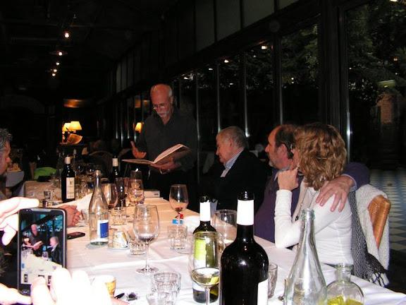 Leyendo Antonio Gamoneda en el restaurante Zuloaga de León