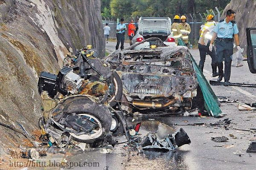 CR-X斷成兩截和起火,司機慘死車內。