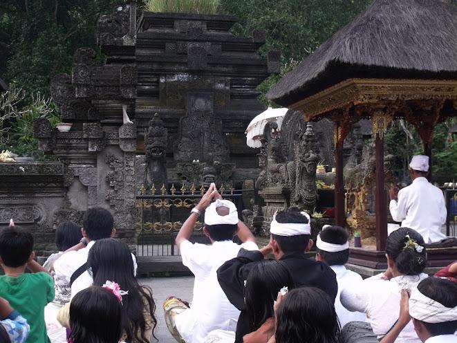 Zarándokok és főpap az oltár előtt