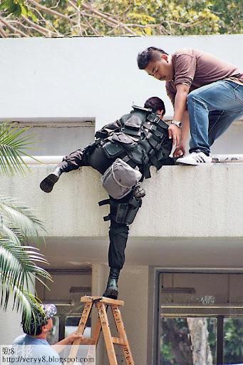 岑麗香要借助木梯及工作人員攙扶爬上高處。