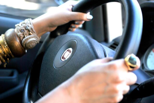detalhes na fotografia com mulheres no volante!