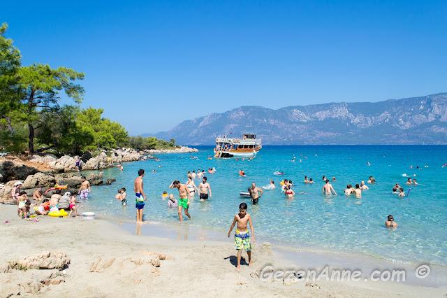İncekum plajında denize girenler ve uğrayan tur tekneleri, Marmaris
