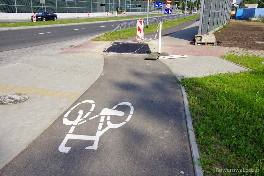 Na ul. Demokratycznej naprawiane wjazdy na asfaltowe
