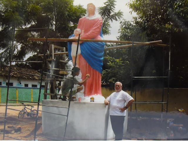 Padre Ugo vicino alla statua in restauro