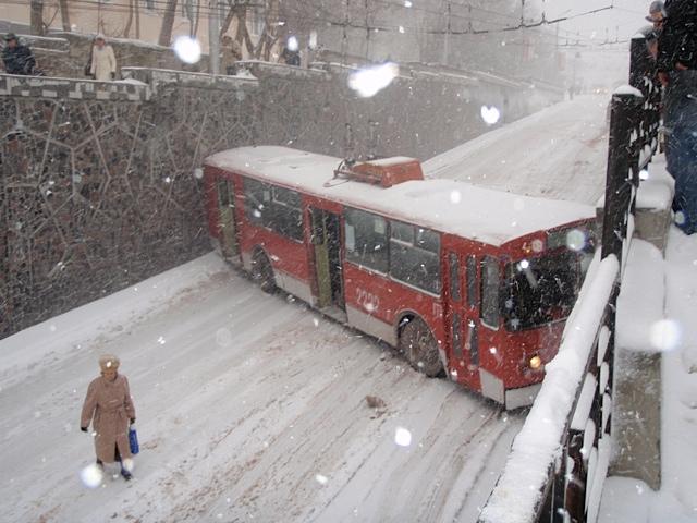 Автобус занесло на снегу