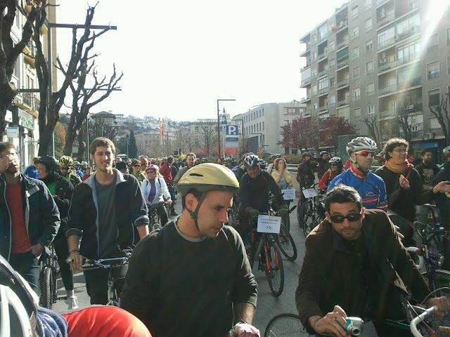 Marcha ciclista: NO a al prohibición de circular en bici por Gran Vía y Reyes Católicos 2012-12-16%252012.32.07