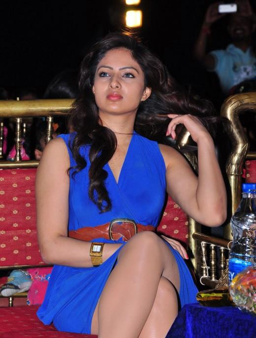 cyberworth: Nikeesha Patel looks so cut in Blue Dress