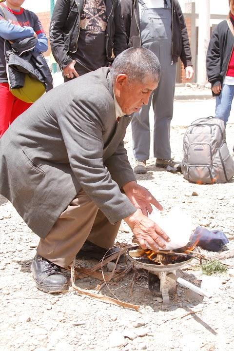 El yatiri y la ofrenda a la Pachamama